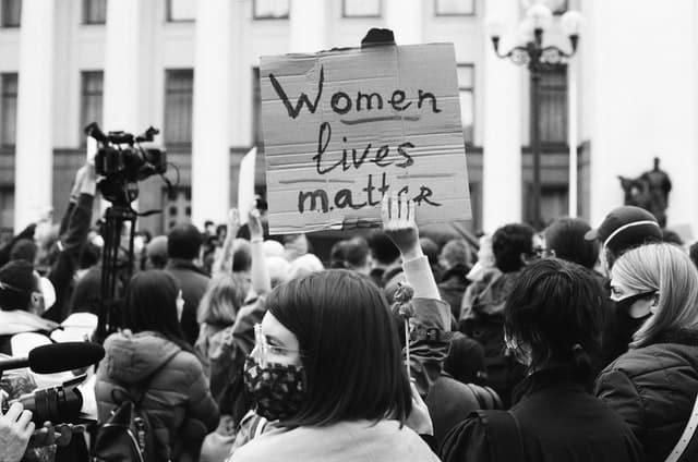 """Movimento feminista com placa escrito """"Women lives matter"""""""