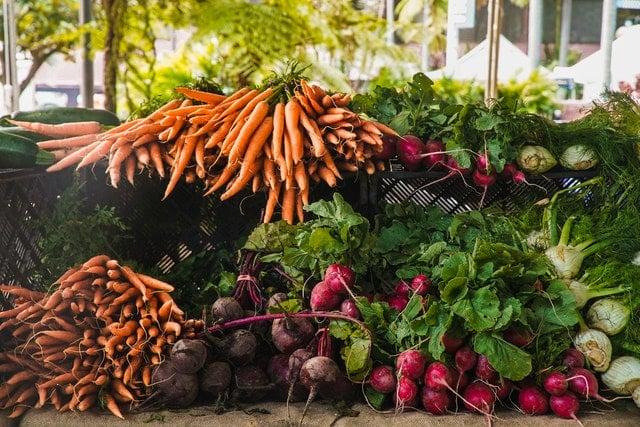 Legumes em feira uns em cima do outro