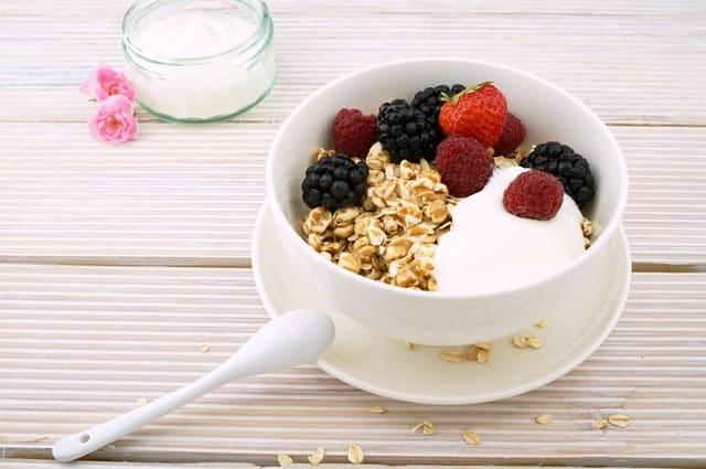 Pote com cereais, frutas e iogurte