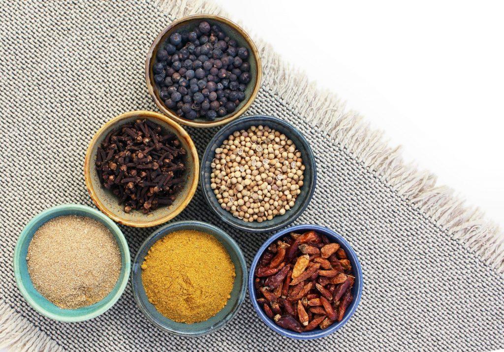 Imagem de diversos tipos de especiarias e condimentos que ajudam a aumentar a libido.