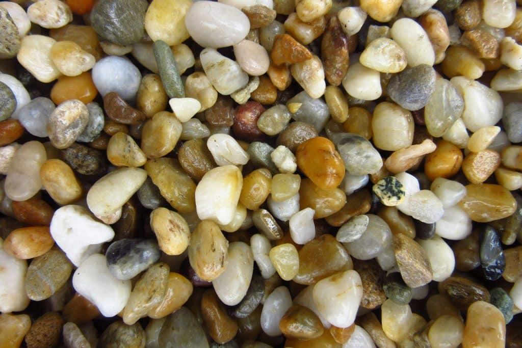 Imagem de variados tipos de formatos e cores da pedra de mirra.