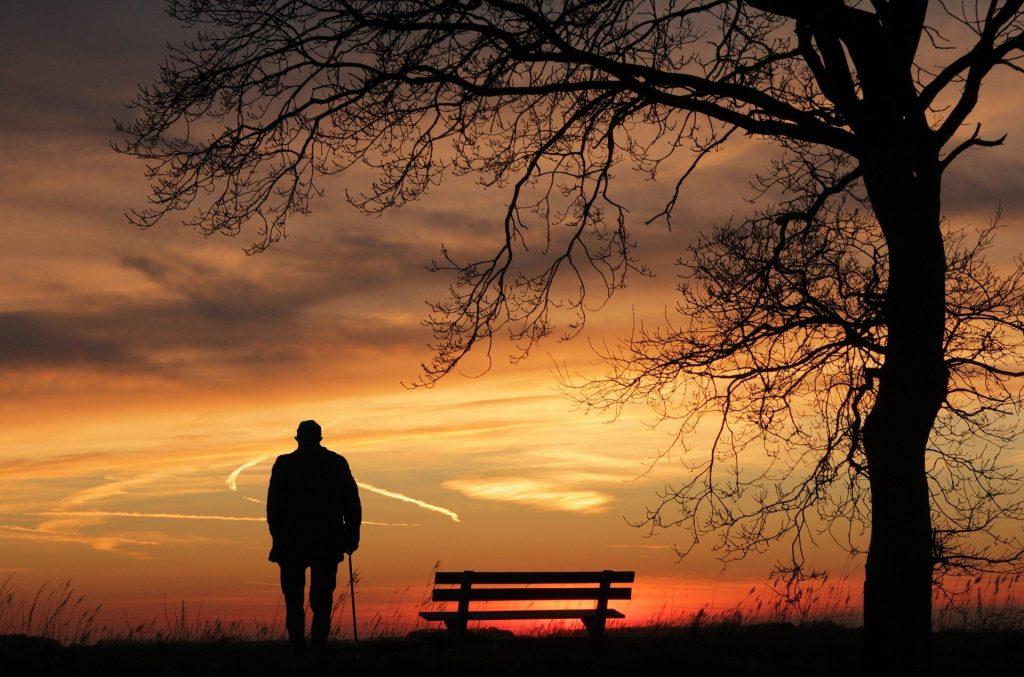 Imagem da silhueta de um homem representando Chico Xavier e ao fundo um lindo e vermelho por do sol.