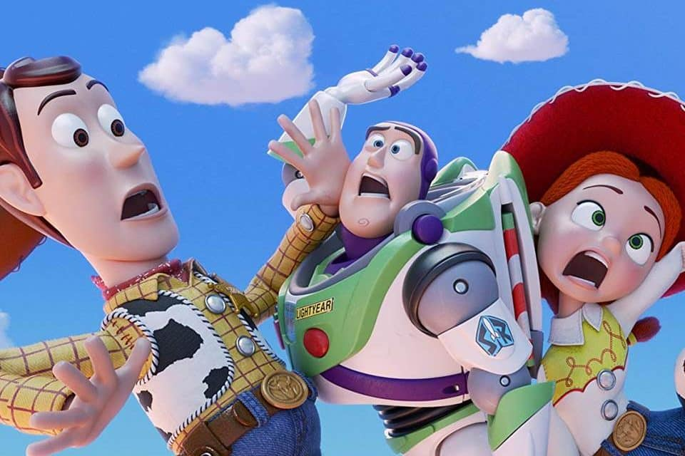 Woody, Buzz Lightyear e  Jessie um ao lado do outro com expressões de assustados