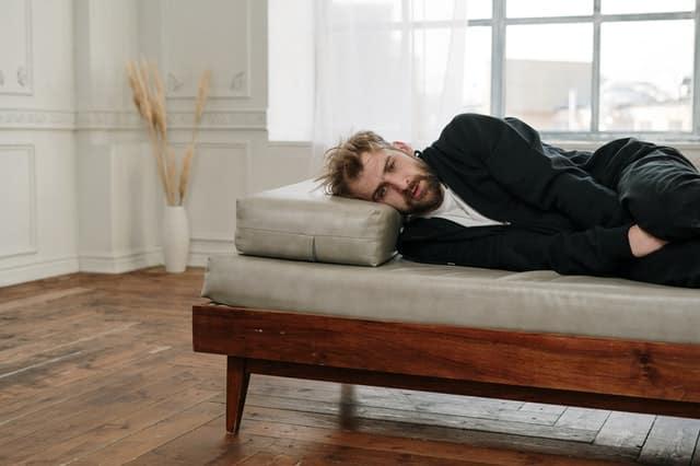 Homem deitado em poltrona de terapia com expressão de pânico