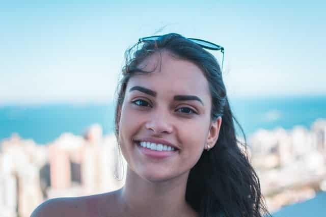 Mulher com meio sorriso olhando para foto