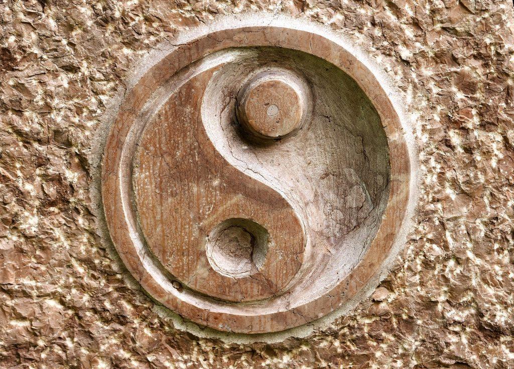 Imagem do símbolo Yin Yang desenhada em uma parede de pedra sabão.