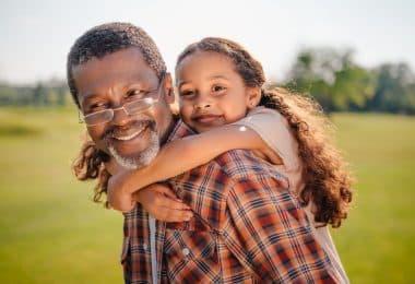 Avô com netinha nas costas