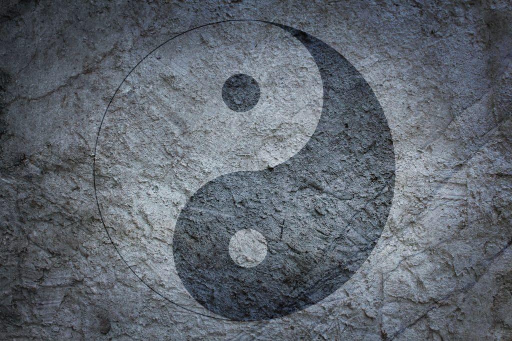 Símbolo do yin yang em uma parede de pedras