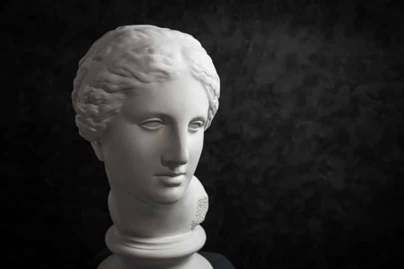 Imagem em preto e branco do busto da deusa Afrodite