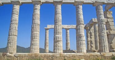 Imagem do templo de Poseidon na Grécia, representando os deuses da mitologia grega.