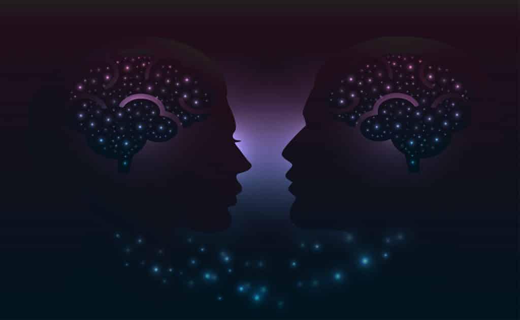 Ilustração de duas cabeças com o cérebro brilhando.