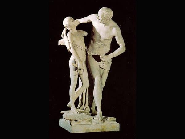 Estátuas de Ícaro e Dédalo juntos, em que o pai enlaça o filho sem asas com um braço.