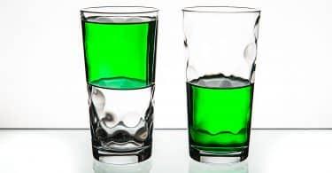 Dois copos com líquido verde até a metade