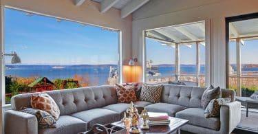 Sala de estar com janelas com vista para o mar.
