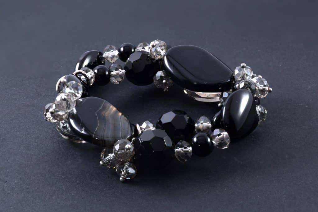 Imagem de um lindo bracelete feito de pedras onix.