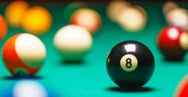 Bola de bilhar 8 destacada em meio a outras na mesa