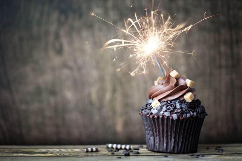 Cupcake em foco com vela de aniversário