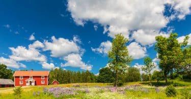 Casa de campo vista de longe com verde e céu azul
