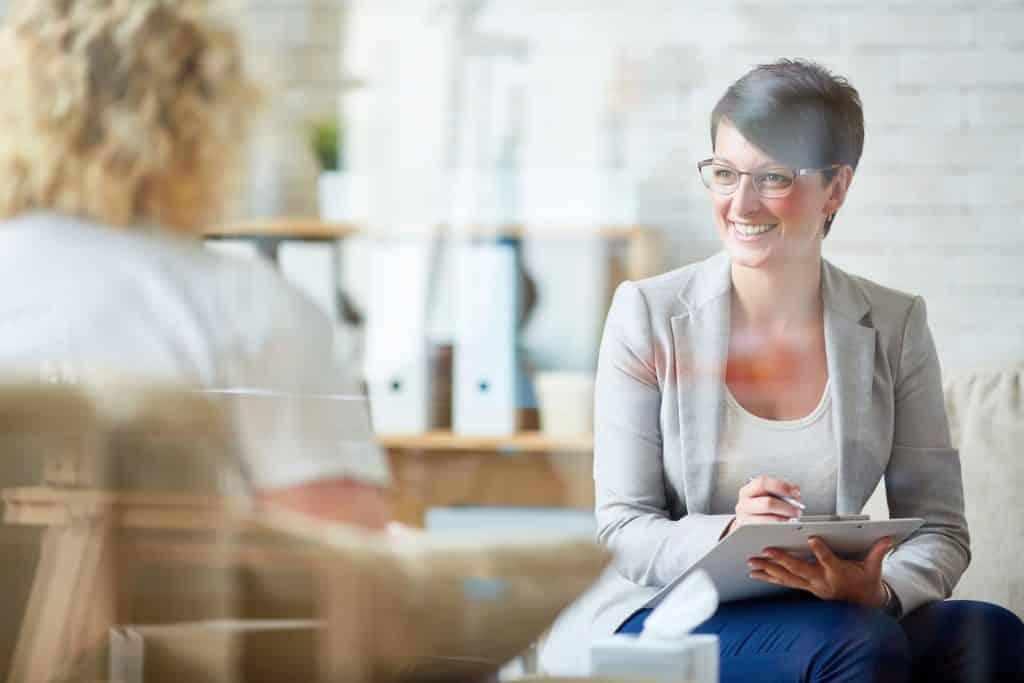 Psicóloga conversando com mulher