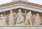 Imagem de várias estátuas de deuses gregos: dois sentados com tridentes nas mãos, e dois em pé.