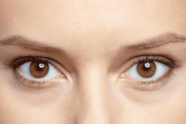 Olhos castanhos visto de frente