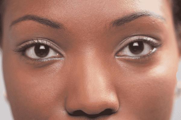 Rosto de mulher com olhos pretos vista de frente