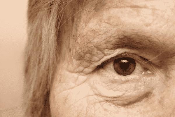 Olho de senhora visto de perto de cor castanho
