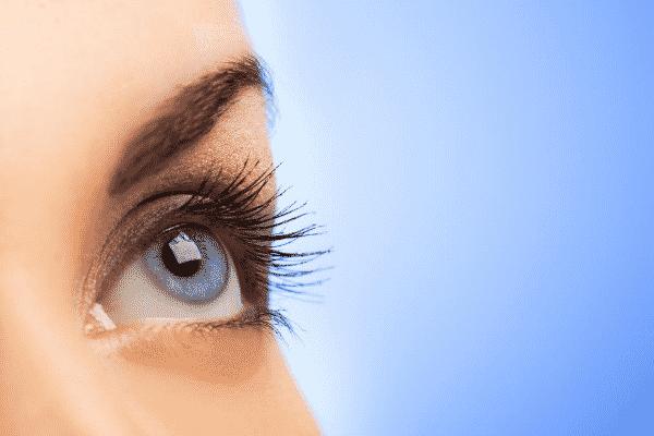 Olho azul visto de perto com fundo azul
