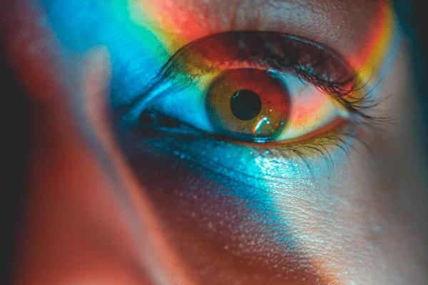 Olho com reflexo de arco-íris