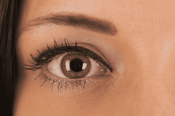 Olho verde de mulher visto de perto