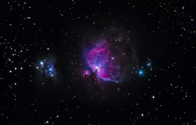 Universo visto com luzes es trelas azuis e roxas
