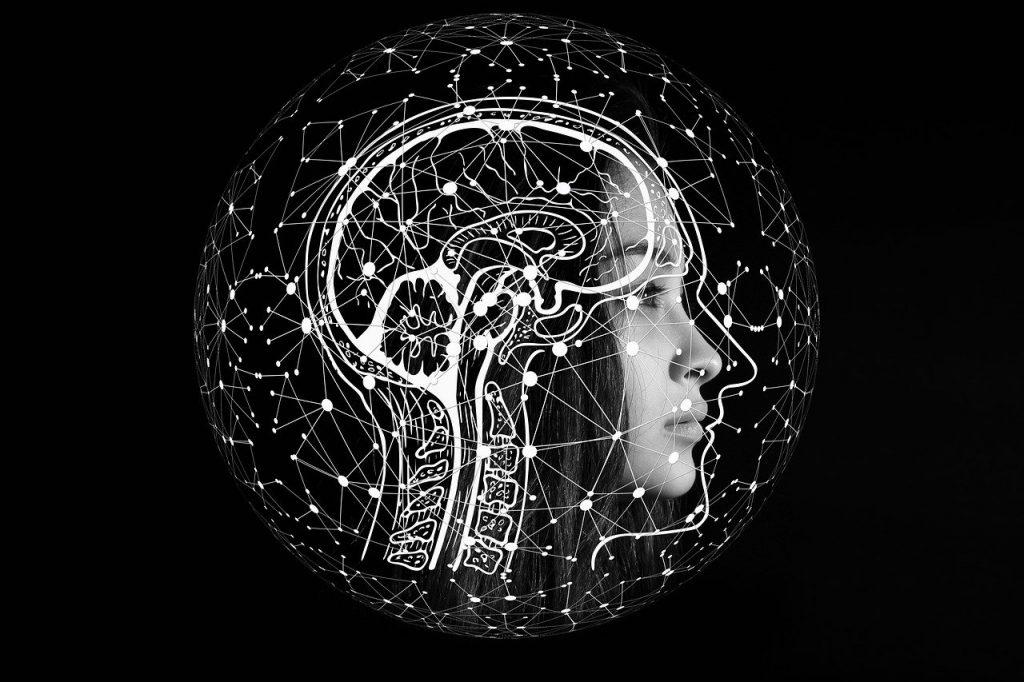 Mulher de perfil com um cérebro desenhado ao lado.