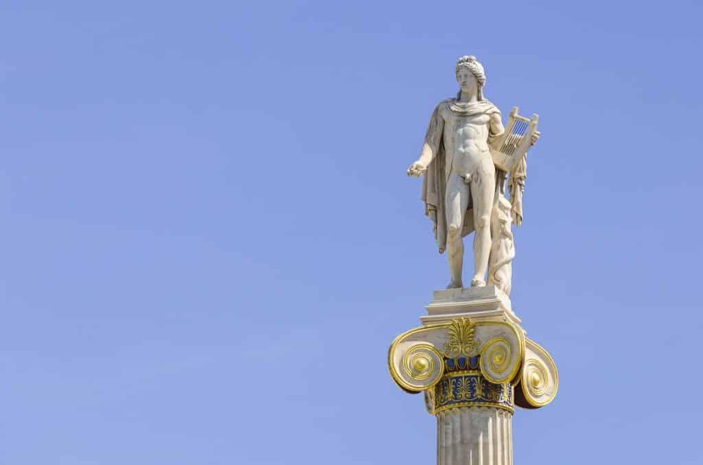Estátua de Apolo como um homem segurando uma harpa.