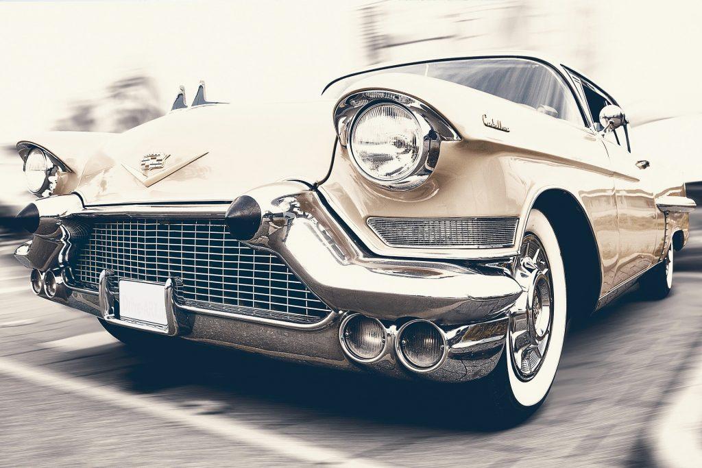 Imagem de um lindo cadillac bege estacionado, representando o que é sonhar com carro.