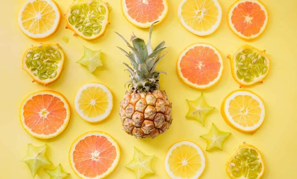 Frutas cítricas numa mesa amarela