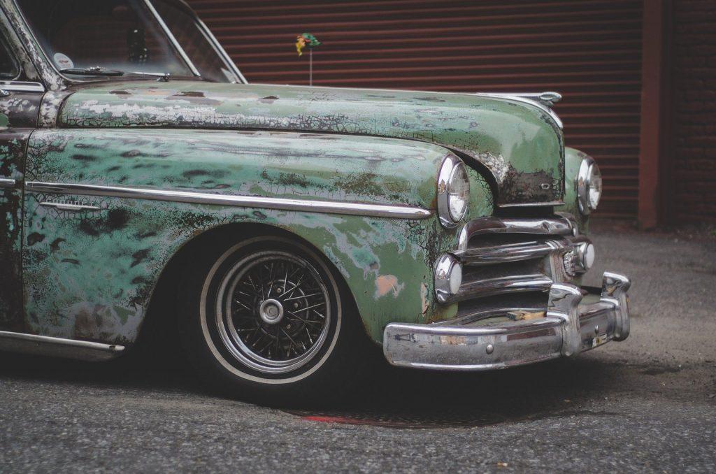 Imagem de um lindo carro vintage na cor verde claro. Ele representa o que é sonhar com carro.