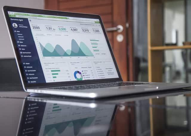 Notebook aberto com métricas de alcance na tela