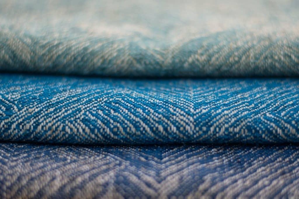 Tecido jeans em tons azuis