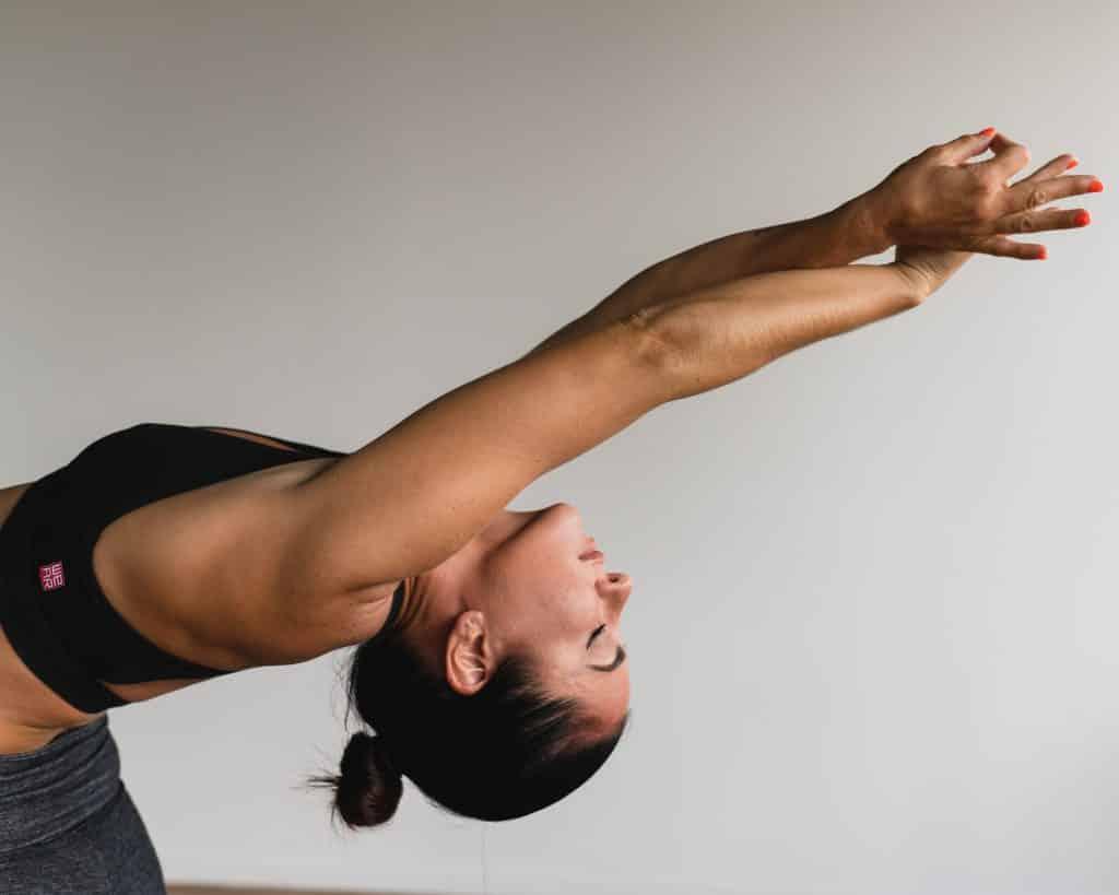 Mulher de olhos fechados fazendo yoga