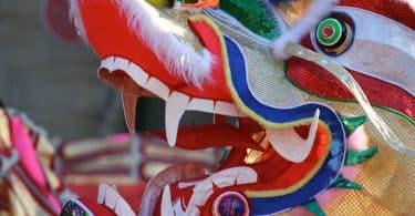 Imagem da fantasia da cabeça de um dragão colorido para comemorar o ano novo chinês.