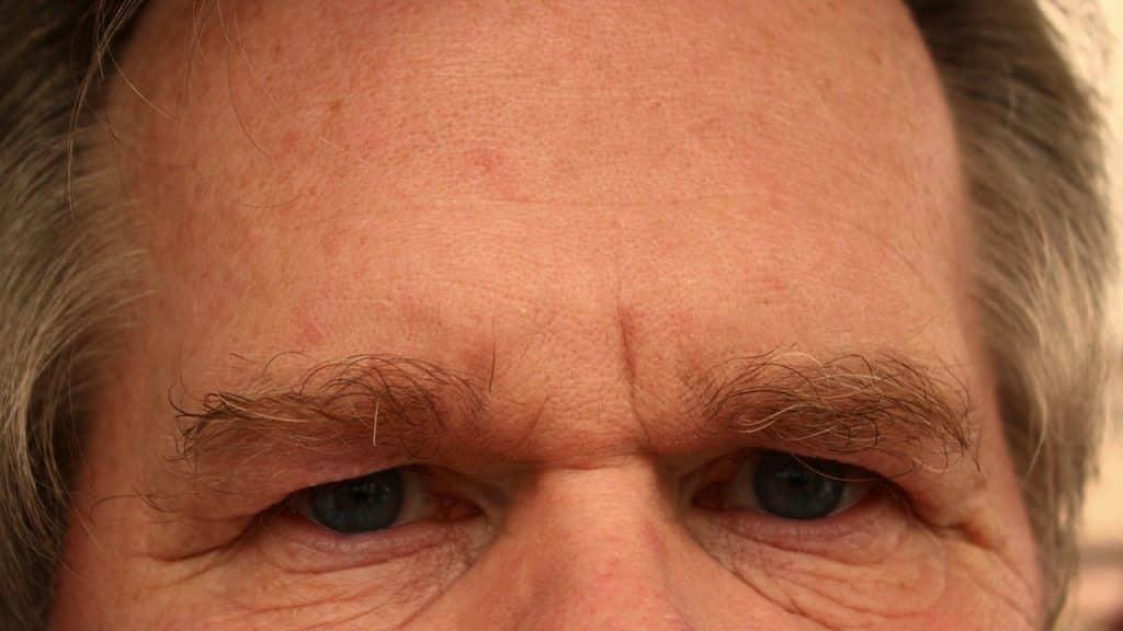 Imagem do olhar de um senhor. Trata-se de um olhar de superioridade e arrogância.