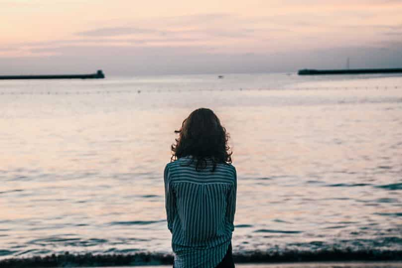 Mulher olhando para o mar