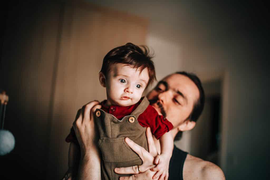 Pai segurando seu filho em seu quarto