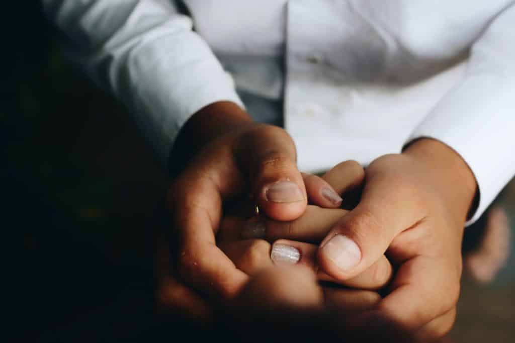 Duas pessoas de mãos dadas