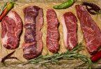 Imagem de vários cortes e tipos de carnes cruas, tanto bovina quanto suína.