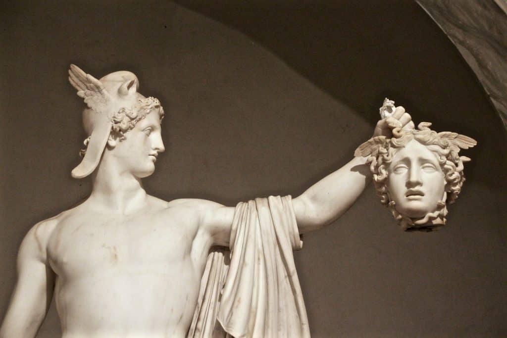 Estátua de Medusa segurando a cabeça de um homem, Perseu.