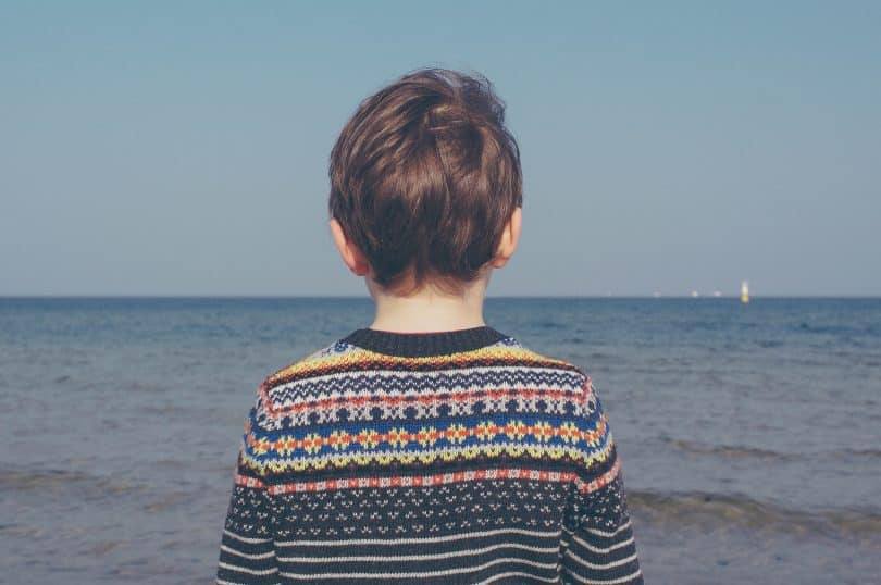 Garoto olhando para o mar