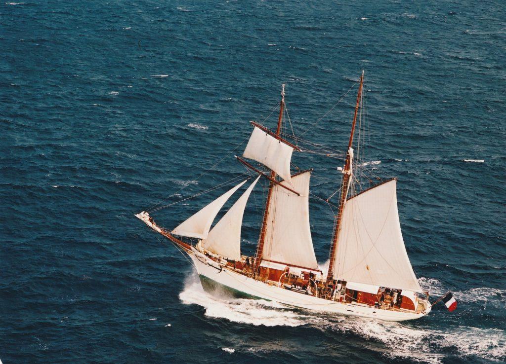 Barco velejando no mar