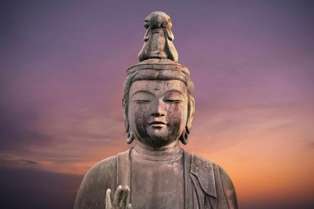 Estátua do busto de Buda vista ao pôr do sol.