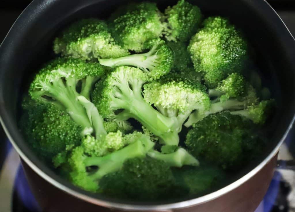 Brócolis dentro de uma panela com água.